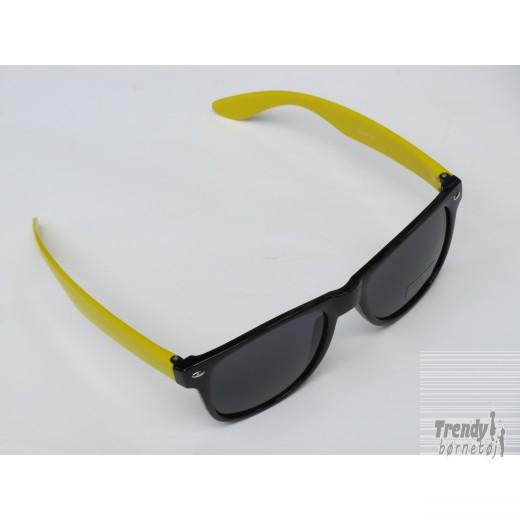 Solbrillerisortmedgulstelogsorteglas-3